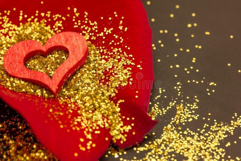 Download Czerwony Serce Na Róża Płatku Obraz Stock - Obraz złożonej z kolorowy, wyznaczający: 65225069