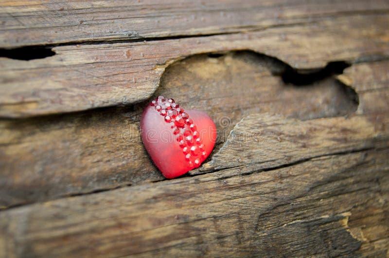 Czerwony serce na tle drewniana bela zdjęcia stock