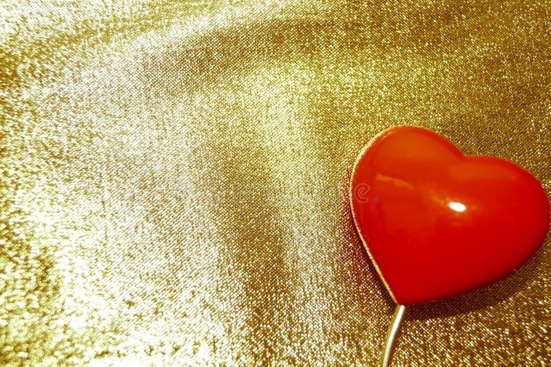 Czerwony serce na złocistym tle retro obraz royalty free