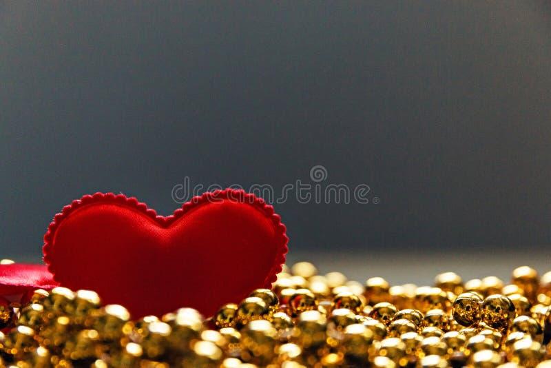 Czerwony serce na Złotych koralikach zdjęcie stock