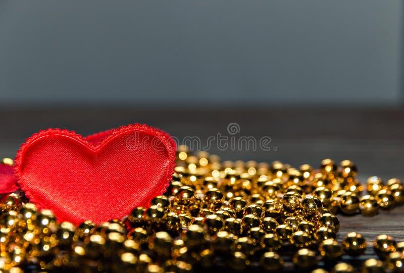 Czerwony serce na Złotych koralikach zdjęcie royalty free