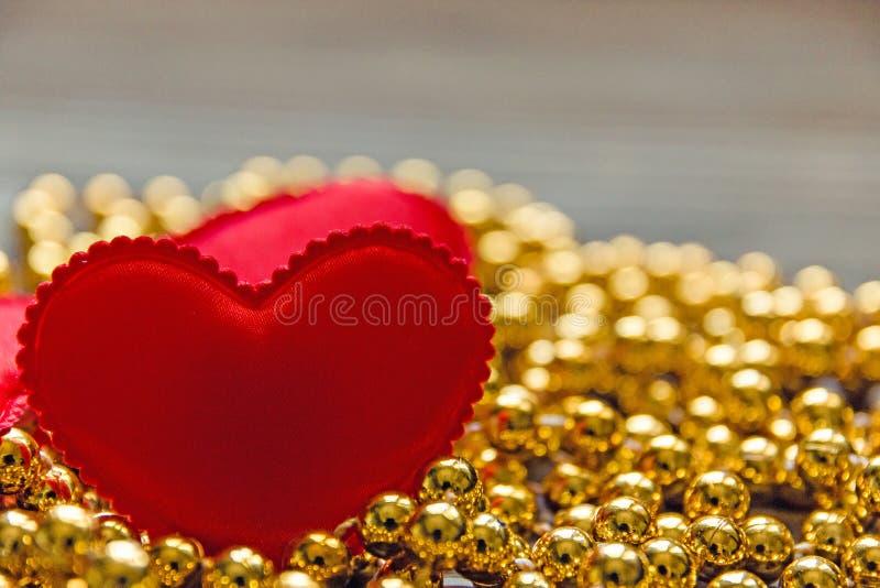 Czerwony serce na Złotych koralikach fotografia stock