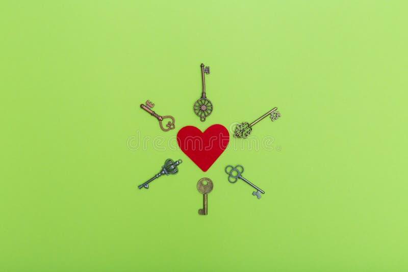 Czerwony serce otaczający roczników kluczami, valentine miłości symbol Walentynka otwiera miłości pojęcie Czerwony serce dalej i  obrazy royalty free
