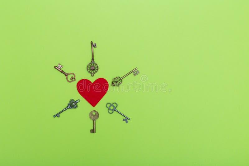 Czerwony serce otaczający roczników kluczami, valentine miłości symbol Walentynka otwiera miłości pojęcie Czerwony serce dalej i  obrazy stock