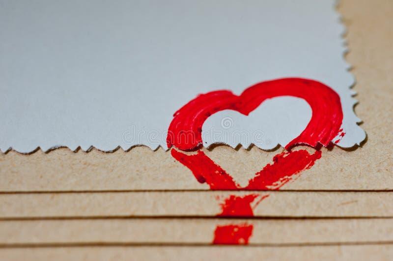 Czerwony serce rysujący na papierze ręką obraz royalty free