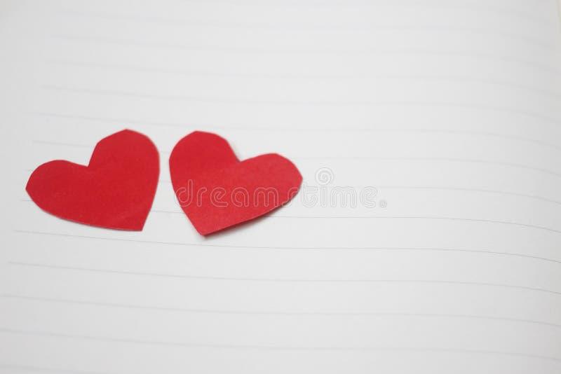 Czerwony serce umieszcza na pustej książce obrazy stock