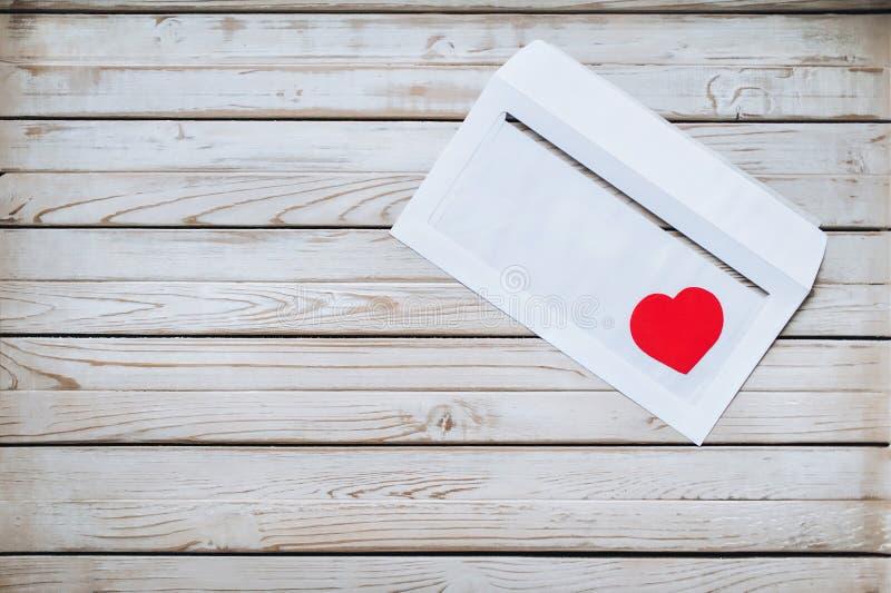 Czerwony serce w białej kopercie List o miłości wiadomość obrazy royalty free