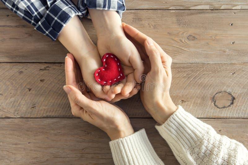 Czerwony serce w rękach zdjęcie royalty free