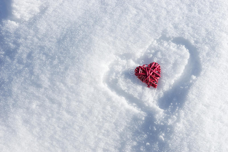 Czerwony serce w sercu na świeżym białym śniegu obrazy royalty free