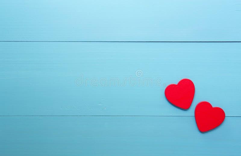 Czerwony serce z miłością na drewnianym błękitnym tle, 14 Luty walentynki na grunge drewnie, obrazy stock