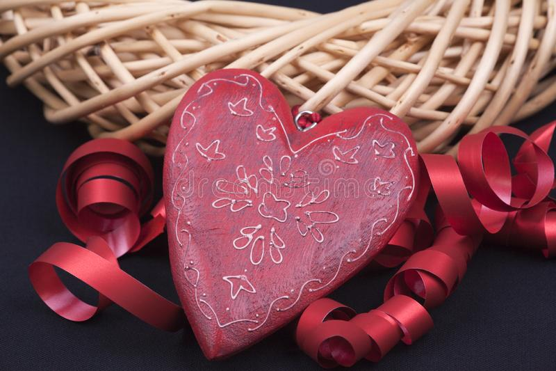 Czerwony serce z wierzbowym wiankiem czerwonymi faborkami i fotografia royalty free