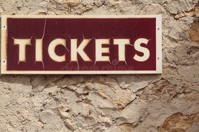 Czerwony signboard sprzedaż bilety zdjęcia royalty free