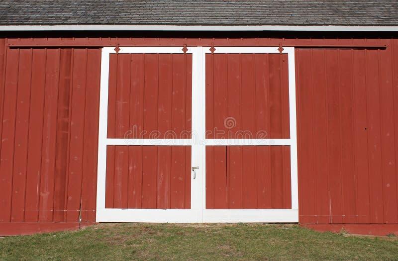 Czerwony stajni drzwi obrazy royalty free