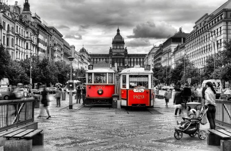 Czerwony stary pociąg w Praga fotografia stock