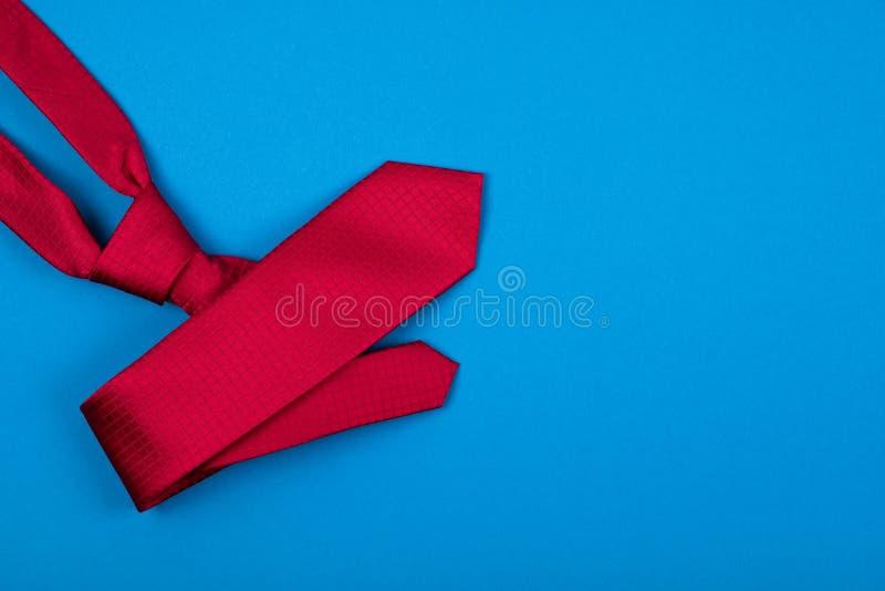 Czerwony szyja krawat na błękitnym cyan tle Modny mężczyzny pojęcie miejsce tekst obraz royalty free