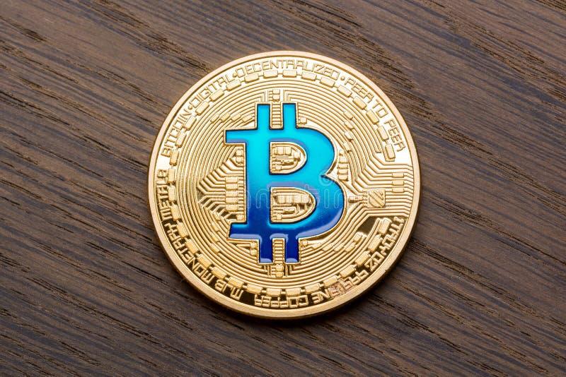 Czerwony tło z złotym błękitnym bitcoin fotografia royalty free