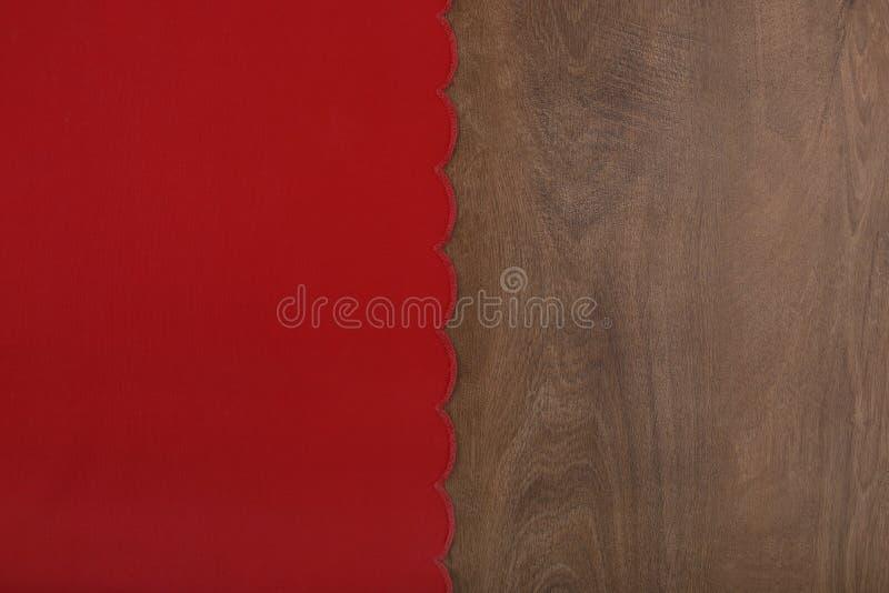 Czerwony tablecloth od lewa strona drewnianego stołu zdjęcie stock