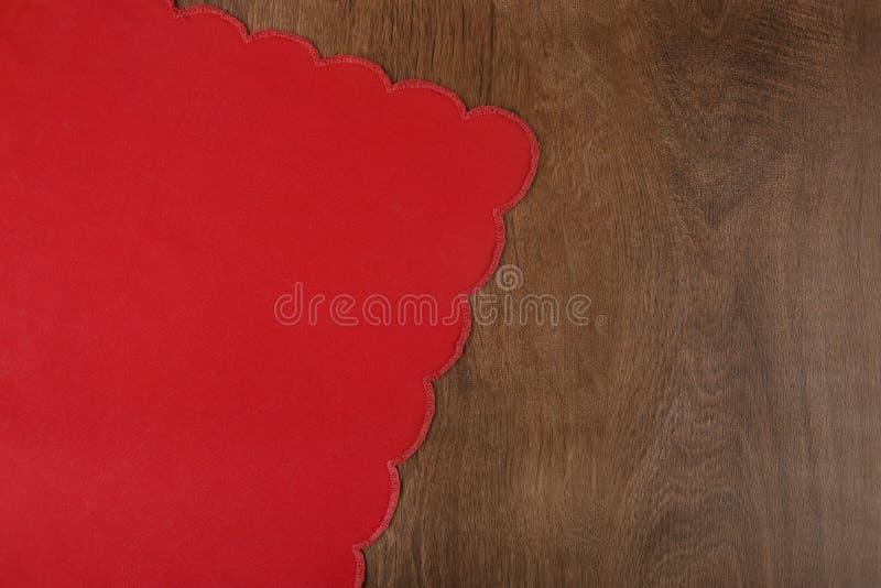 Czerwony tablecloth od lewa strona drewnianego stołu obraz royalty free