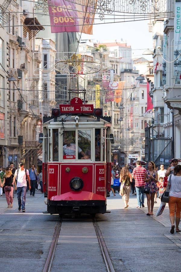 Czerwony Taksim Tunel Nostalgiczny tramwaj na istiklal ulicie Istanbuł, Turcja obraz stock