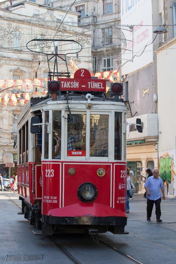 Czerwony Taksim Tunel Nostalgiczny tramwaj na istiklal ulicie Istanbuł, Turcja fotografia royalty free