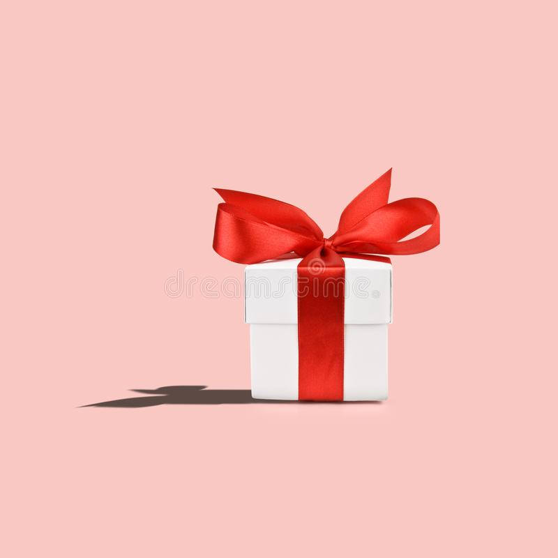 czerwony tasiemkowy daru pudełkowy white royalty ilustracja