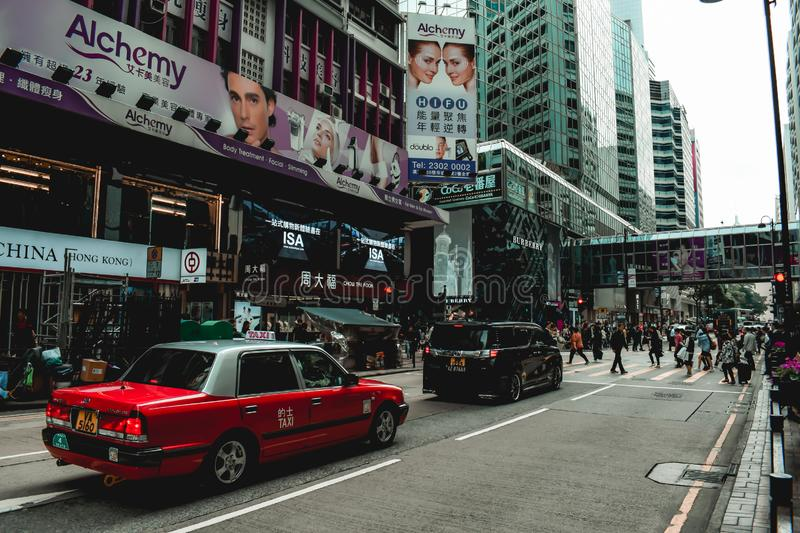Czerwony taxi i pośpiech na ulicie Hong Kong zdjęcia stock