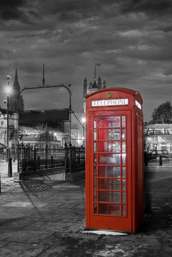 Czerwony telefoniczny budka w Westminister, Londyn zdjęcia stock