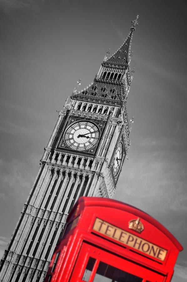 Czerwony telefoniczny pudełko i Big Ben selekcyjny kolor, Londyn, UK fotografia stock