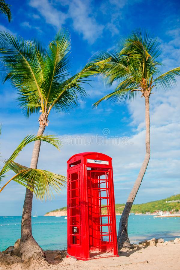 Czerwony telefonu budka w Dickenson ` s zatoce Antigua Piękny krajobraz z klasyka telefonu budka na białej piaskowatej plaży wewn obraz stock
