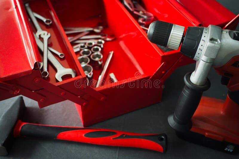 Czerwony toolbox z wyrwań narzędziami na warsztacie obraz royalty free