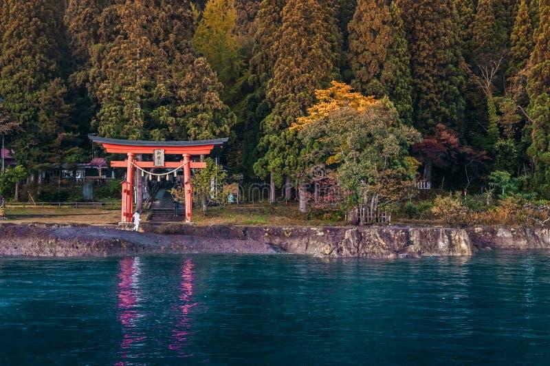 Czerwony Torii świątynia przy Jeziornym Tazawa, Senboku, Akita, Japonia zdjęcie stock