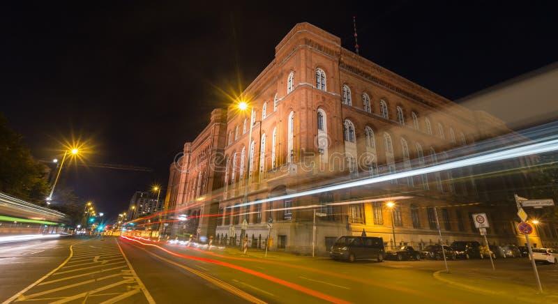 Download Czerwony Townhall Berlin Germany Przy Nocą Obraz Stock - Obraz złożonej z żarówki, plenerowy: 57660417