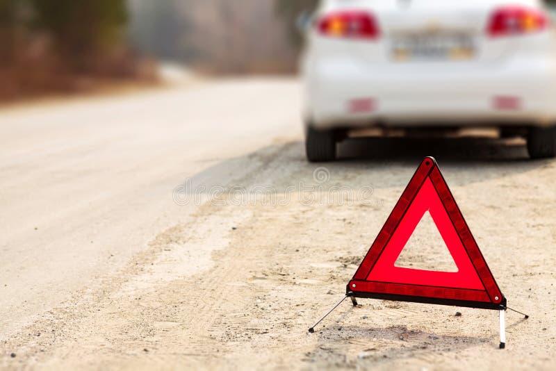 Czerwony trójboka znak, samochód na drodze i fotografia royalty free