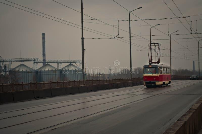 Czerwony tramwaj iść przez most obraz royalty free