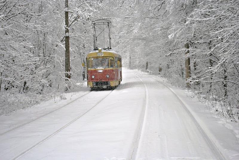 Czerwony tramwaj na białym śniegu zdjęcie stock