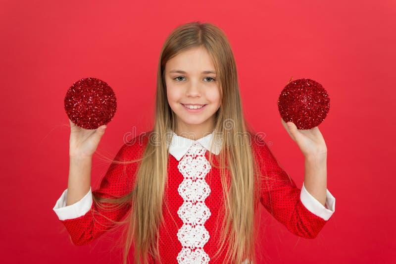 Czerwony ulubiony kolor Utwórz unikatowe dekoracje mała dziewczynka czerwony mur elf kid dekoracyjny uczucie szczęścia zdjęcia stock