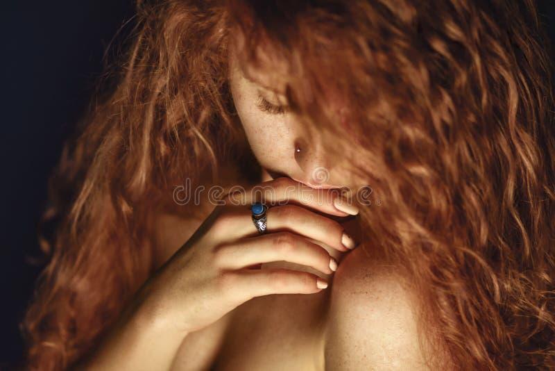 Czerwony włosy tła mody dziewczyna nad portreta krótkopędu pracownianym biel zdjęcie stock