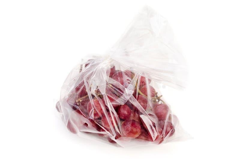 Czerwony winogrono w jasnym plastikowym worku obraz stock