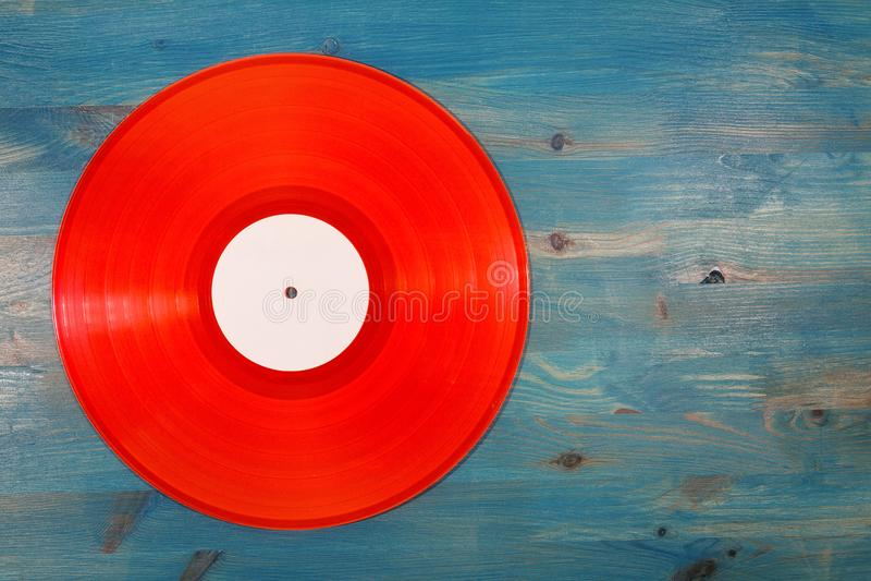 Czerwony winylowy rejestr na błękitnym drewnianym tle fotografia royalty free