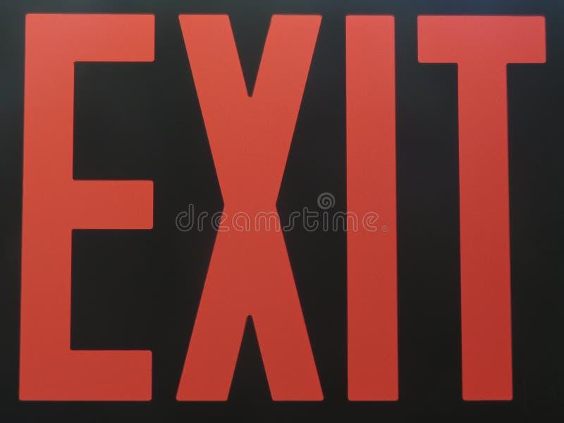 Czerwony wyjście znak iluminujący w ciemności zdjęcia stock