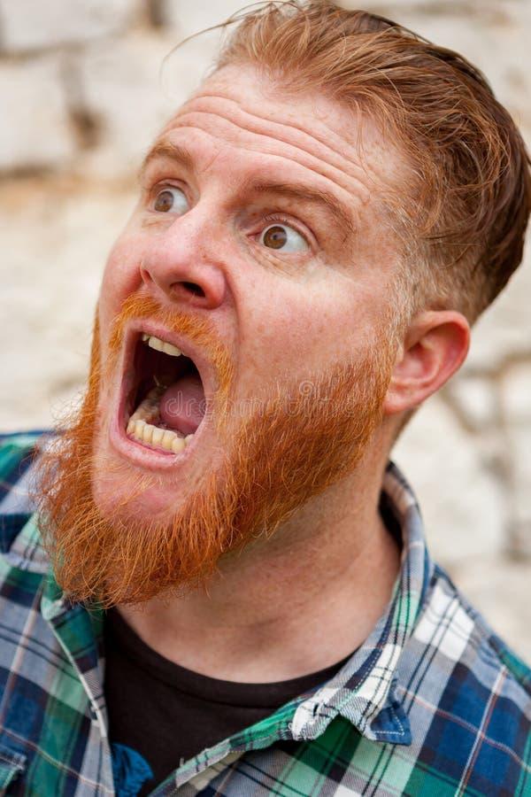 Czerwony z włosami mężczyzna z wyrażeniem straszny obrazy royalty free