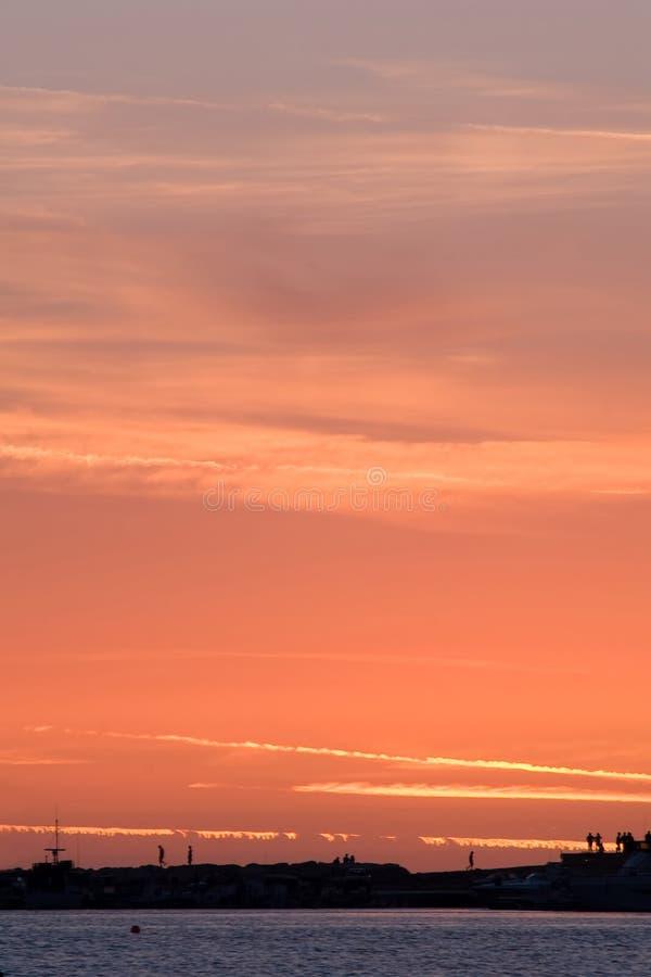 czerwony zachód słońca nad morze obrazy stock