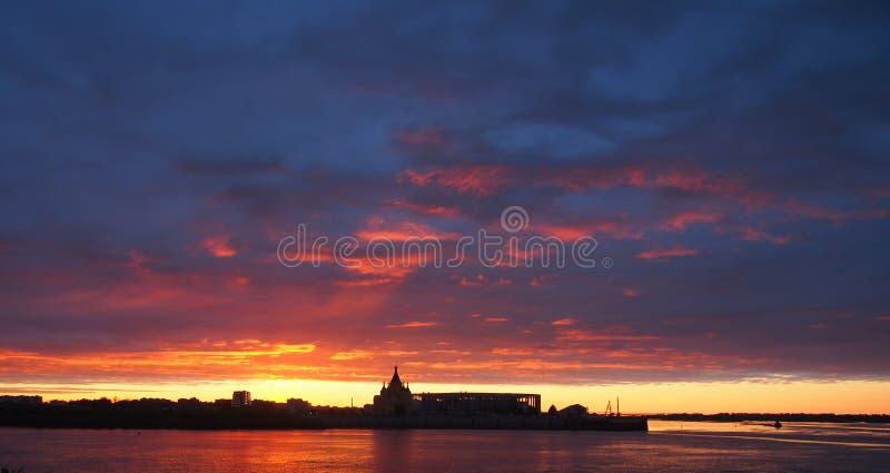 czerwony zachód słońca Patrzeje w Nizhny Novgorod na Volga i Oka riv zdjęcie royalty free