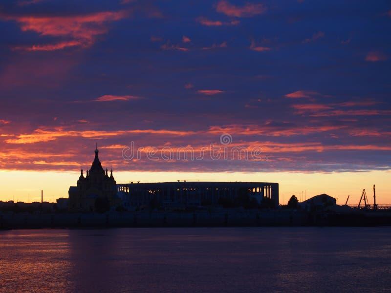 czerwony zachód słońca Patrzeje w Nizhny Novgorod na Volga i Oka riv fotografia stock