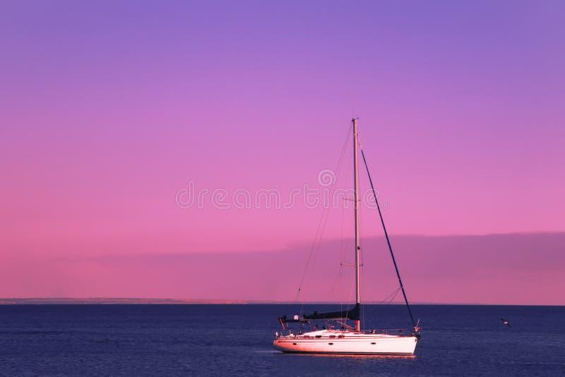 Czerwony zmierzch nad błękitnym morzem, purpurowym niebem i jachtami w parking, Lato denny sceniczny krajobraz w pięknym wieczór obrazy royalty free