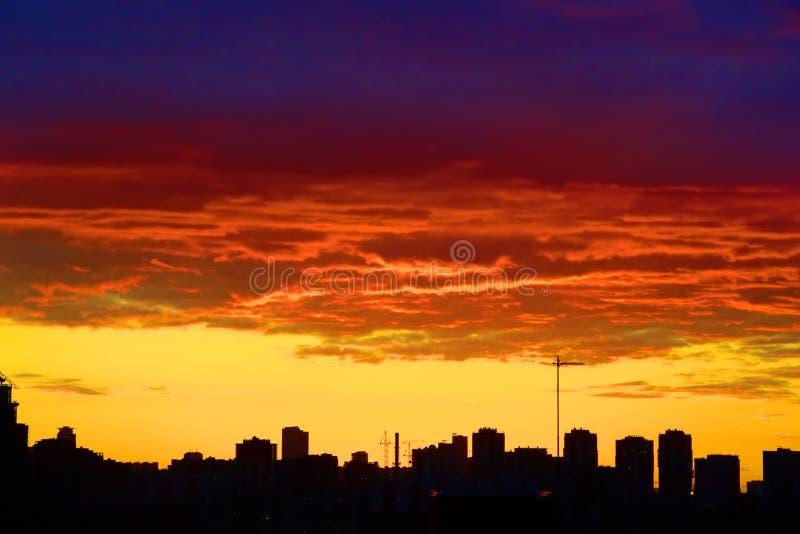 Download Czerwony zmierzchu miasto zdjęcie stock. Obraz złożonej z powierzchowność - 53791170
