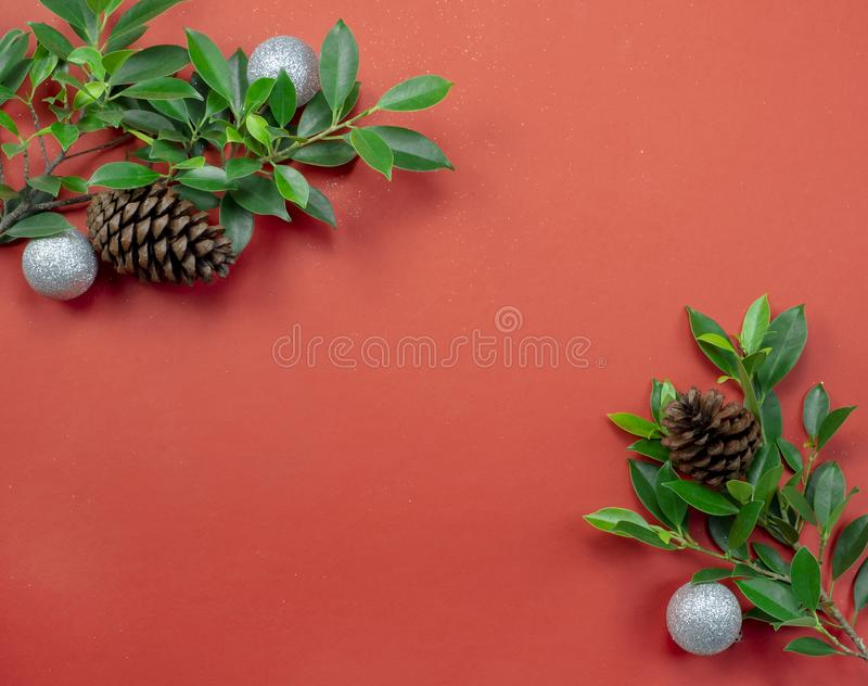 Czerwonych bożych narodzeń papierowy tło dekorujący z zieleń liśćmi i g obrazy royalty free