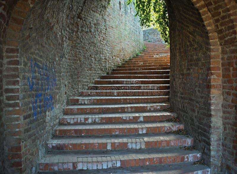 Czerwonych cegieł schody tunel iść w górę światła z przy końcówką zdjęcia royalty free