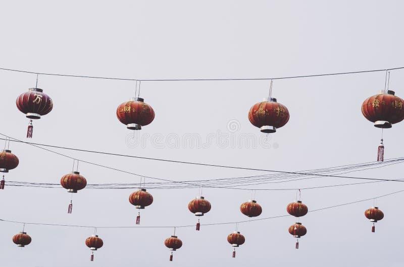 Czerwonych Chińskich lampionów deseniowy obwieszenie zdjęcie royalty free
