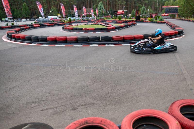 Czluchow, Pomeranian Voivodeship/Польша - 20-ое июня 2019: След Karting в маленьком городе Karting управляя на следе на максимуме стоковые изображения rf
